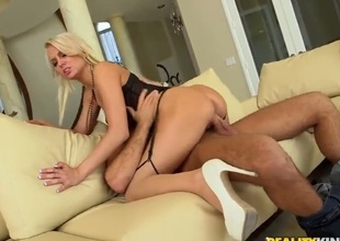 Golden-haired pornstars spreads her legs