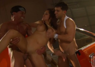 Daisy Marie is fucking good at making men cum with her eager hands